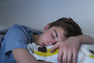 Algo está robando el sueño a los adolescentes, pero el remedio es sorprendentemente sencillo
