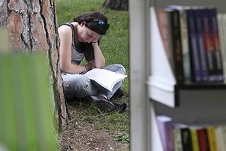 En España, solo mujeres y adolescentes leen tanto como la media europea