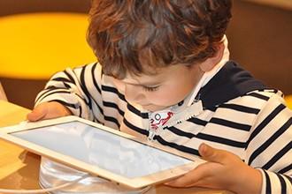 Limitar el tiempo que un niño pasa delante de la pantalla mejora su cognición