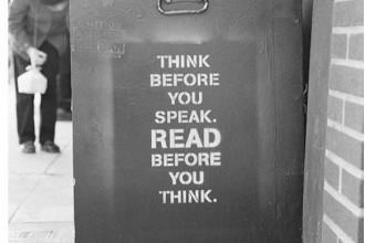 Piensa antes de hablar. Lee antes de pensar