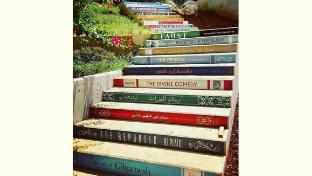 Escalera de libros en la Universidad de Balamand, Líbano