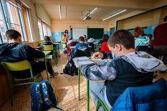 Los adolescentes que leen en papel mejoran su comprensión frente a quienes lo hacen en pantalla
